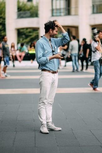 Come indossare e abbinare una camicia a maniche lunghe in chambray azzurra: Prova a combinare una camicia a maniche lunghe in chambray azzurra con jeans bianchi per affrontare con facilità la tua giornata. Per distinguerti dagli altri, mettiti un paio di sneakers alte di tela bianche.