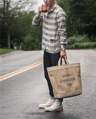 Moda uomo anni 20: Scegli una camicia a maniche lunghe a righe orizzontali bianca e blu e jeans neri per un look semplice, da indossare ogni giorno. Per un look più rilassato, indossa un paio di sneakers alte di tela bianche.