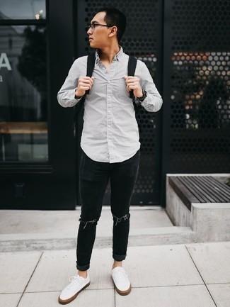 Come indossare e abbinare un orologio nero: Indossa una camicia a maniche lunghe a righe verticali grigia con un orologio nero per una sensazione di semplicità e spensieratezza. Impreziosisci il tuo outfit con un paio di sneakers basse di tela bianche.