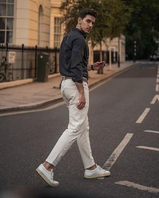 Come indossare e abbinare sneakers basse in pelle bianche: Prova ad abbinare una camicia a maniche lunghe grigio scuro con jeans bianchi per un pranzo domenicale con gli amici. Sneakers basse in pelle bianche sono una eccellente scelta per completare il look.