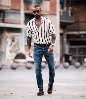 Come indossare e abbinare: camicia a maniche lunghe a righe verticali bianca, jeans blu, stivali chelsea in pelle scamosciata marrone scuro, cintura in pelle marrone scuro