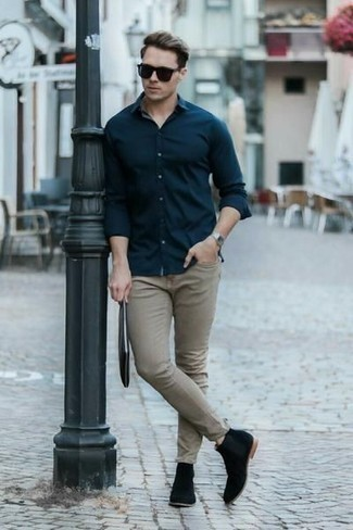 Come indossare e abbinare una pochette in pelle nera: Punta su una camicia a maniche lunghe blu scuro e una pochette in pelle nera per una sensazione di semplicità e spensieratezza. Scegli uno stile classico per le calzature e mettiti un paio di stivali chelsea in pelle scamosciata neri.