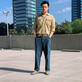 Come indossare e abbinare: camicia a maniche lunghe di lino marrone chiaro, chino di lino blu scuro, mocassini eleganti di tela grigi, cintura di tela tessuta marrone chiaro