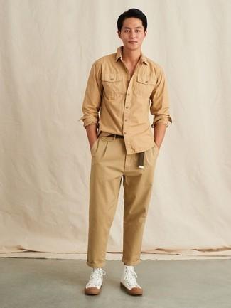 Look alla moda per uomo: Camicia a maniche lunghe marrone chiaro, Chino marrone chiaro, Sneakers alte di tela bianche, Cintura di tela marrone scuro