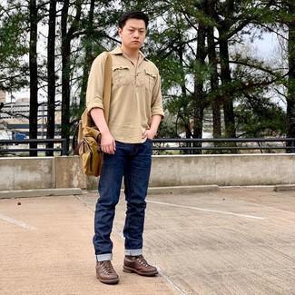 Come indossare e abbinare: camicia a maniche lunghe marrone chiaro, jeans blu scuro, stivali casual in pelle marroni, borsa a tracolla di tela senape