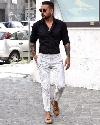 Come indossare e abbinare: camicia a maniche lunghe nera, chino a righe verticali bianchi, mocassini con nappine in pelle scamosciata marrone chiaro, occhiali da sole neri