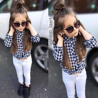 Come indossare: camicia a maniche lunghe a quadri nera e bianca, jeans bianchi, sneakers nere, occhiali da sole neri