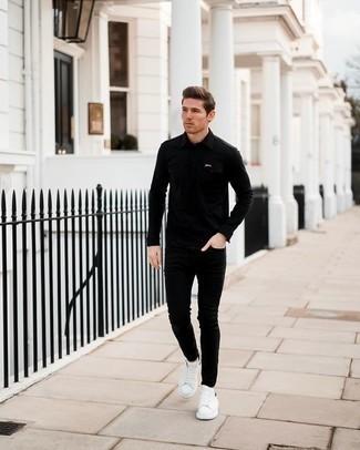 Come indossare e abbinare jeans aderenti neri: Questa combinazione di una camicia a maniche lunghe nera e jeans aderenti neri ti permetterà di sfoggiare uno stile semplice nel tempo libero. Sneakers basse in pelle bianche e nere sono una valida scelta per completare il look.