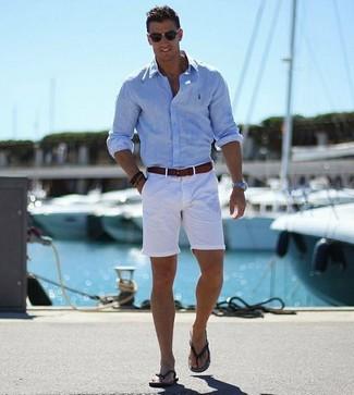 Come indossare: camicia a maniche lunghe azzurra, pantaloncini bianchi, infradito neri, cintura in pelle marrone scuro
