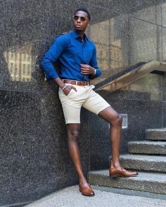 Come indossare e abbinare una camicia a maniche lunghe blu: Per creare un adatto a un pranzo con gli amici nel weekend potresti indossare una camicia a maniche lunghe blu e pantaloncini beige. Sfodera il gusto per le calzature di lusso e prova con un paio di mocassini eleganti in pelle marroni.