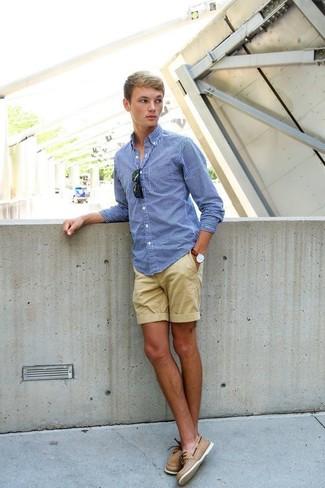 Come indossare e abbinare: camicia a maniche lunghe a quadretti blu, pantaloncini marrone chiaro, scarpe da barca in pelle marrone chiaro, occhiali da sole neri