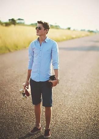 Come indossare e abbinare pantaloncini blu scuro: Abbina una camicia a maniche lunghe azzurra con pantaloncini blu scuro per un pranzo domenicale con gli amici. Perfeziona questo look con un paio di sneakers basse di tela rosse.