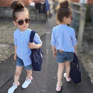 Come indossare: camicia a maniche lunghe azzurra, pantaloncini di jeans blu, sneakers bianche, borsa blu scuro
