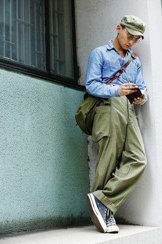 Trend da uomo 2020: Opta per una camicia a maniche lunghe in chambray azzurra e pantaloni cargo verde oliva per un look semplice, da indossare ogni giorno. Scegli un paio di sneakers alte di tela blu scuro come calzature per avere un aspetto più rilassato.