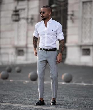 Come indossare e abbinare: camicia a maniche lunghe bianca, pantaloni eleganti grigi, mocassini con nappine in pelle neri, cintura in pelle nera