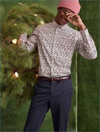 Come indossare e abbinare: camicia a maniche lunghe a fiori rosa, chino blu scuro, berretto rosa, cintura in pelle bordeaux