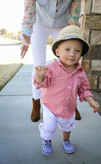 Come indossare: camicia a maniche lunghe rosa, pantaloni bianchi, sneakers bianche, borsalino beige