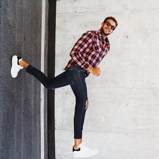 Come indossare e abbinare: camicia a maniche lunghe scozzese rossa e nera, jeans aderenti strappati blu scuro, sneakers basse in pelle bianche e nere, occhiali da sole marrone scuro
