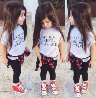 Come indossare: camicia a maniche lunghe rossa, t-shirt grigia, leggings neri, sneakers rosse
