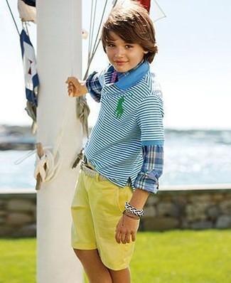 Come indossare: camicia a maniche lunghe scozzese blu, polo a righe orizzontali acqua, pantaloncini gialli