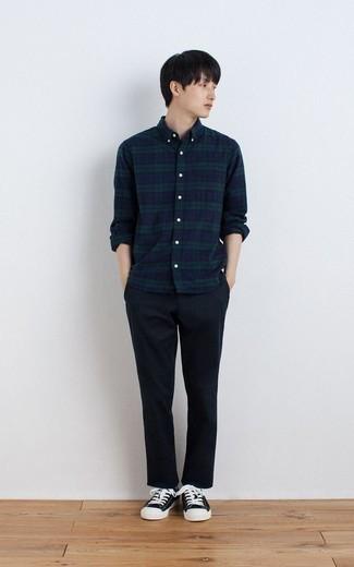Trend da uomo 2020 quando fa caldo: Potresti indossare una camicia a maniche lunghe scozzese blu scuro e verde e chino blu scuro per un look trendy e alla mano. Sneakers basse di tela nere e bianche sono una buona scelta per completare il look.