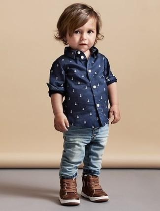 Come indossare: camicia a maniche lunghe stampata blu scuro, jeans azzurri, sneakers in pelle marroni