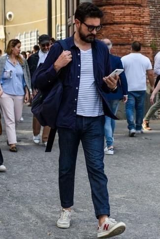 Moda uomo anni 30: Vestiti con una camicia a maniche lunghe blu scuro e chino blu scuro per un pranzo domenicale con gli amici. Scegli un paio di sneakers basse di tela grigie come calzature per un tocco più rilassato.