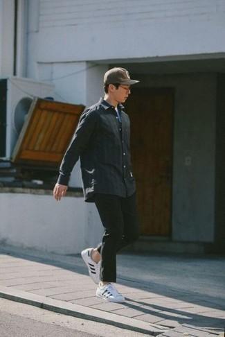 Come indossare e abbinare chino verde scuro: Scegli una camicia a maniche lunghe grigio scuro e chino verde scuro per un outfit comodo ma studiato con cura. Non vuoi calcare troppo la mano con le scarpe? Mettiti un paio di sneakers basse di tela bianche e nere per la giornata.