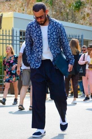 Come indossare e abbinare occhiali da sole bordeaux: Potresti indossare una camicia a maniche lunghe con stampa cachemire blu e occhiali da sole bordeaux per un outfit rilassato ma alla moda. Perché non aggiungere un paio di sneakers alte di tela blu scuro e bianche per un tocco di stile in più?