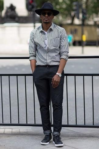 Trend da uomo 2020: Potresti abbinare una camicia a maniche lunghe a righe verticali bianca e nera con chino grigio scuro per un look spensierato e alla moda. Sneakers basse in pelle nere sono una gradevolissima scelta per completare il look.