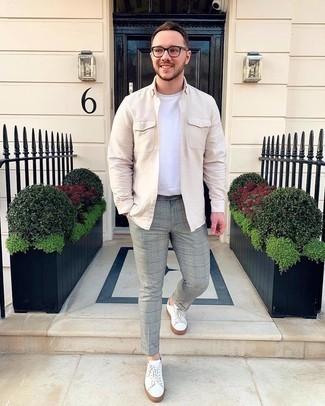 Trend da uomo 2020: Metti una camicia a maniche lunghe beige e chino scozzesi grigi per un look spensierato e alla moda.