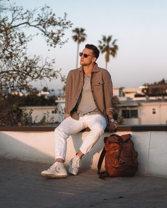 Trend da uomo 2020 in estate 2021: Vestiti con una camicia a maniche lunghe a quadri marrone e chino bianchi per un outfit comodo ma studiato con cura. Se non vuoi essere troppo formale, scegli un paio di sneakers alte in pelle con stelle bianche. Conquesto outfitnon si può mai sbagliare, garantito in questi mesi estivi.