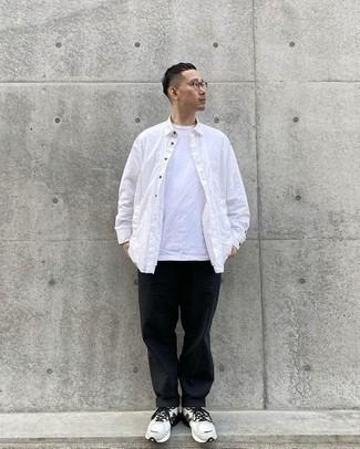 Trend da uomo 2020 quando fa caldo: Per un outfit quotidiano pieno di carattere e personalità, metti una camicia a maniche lunghe bianca e chino neri. Per un look più rilassato, scegli un paio di scarpe sportive bianche e nere.
