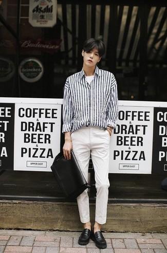 Come indossare e abbinare una t-shirt girocollo bianca: Vestiti con una t-shirt girocollo bianca e chino bianchi per un look trendy e alla mano. Sfodera il gusto per le calzature di lusso e prova con un paio di mocassini eleganti in pelle neri.