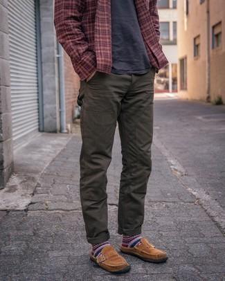 Moda uomo anni 30: Vestiti con una camicia a maniche lunghe scozzese bordeaux e chino verde oliva per un look raffinato per il tempo libero. Sfodera il gusto per le calzature di lusso e indossa un paio di mocassini eleganti in pelle scamosciata marroni.