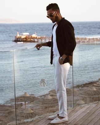 Trend da uomo 2021: Prova a combinare una camicia a maniche lunghe marrone scuro con chino bianchi per affrontare con facilità la tua giornata. Espadrillas di tela a righe orizzontali grigie sono una buona scelta per completare il look.