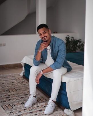 Come indossare e abbinare una camicia a maniche lunghe blu: Coniuga una camicia a maniche lunghe blu con jeans aderenti bianchi per un look raffinato per il tempo libero. Perfeziona questo look con un paio di sneakers basse in pelle bianche.
