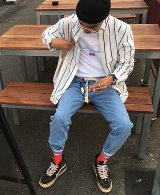 Come indossare e abbinare: camicia a maniche lunghe a righe verticali bianca e blu scuro, t-shirt girocollo stampata bianca, jeans azzurri, sneakers alte nere