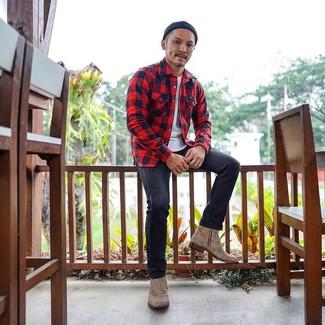 Come indossare e abbinare: camicia a maniche lunghe di flanella a quadri rossa, t-shirt girocollo bianca, jeans grigio scuro, stivali chelsea in pelle leopardati marrone chiaro