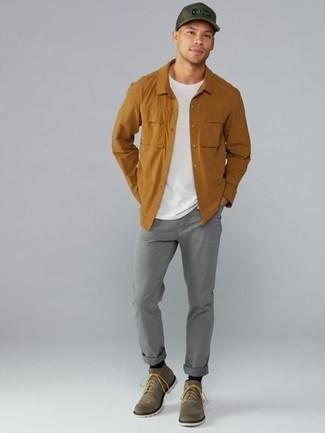 Come indossare e abbinare jeans grigi: Indossa una camicia a maniche lunghe terracotta e jeans grigi per vestirti casual. Sfodera il gusto per le calzature di lusso e mettiti un paio di stivali casual in pelle scamosciata marroni.