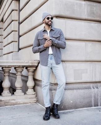 Come indossare e abbinare stivali casual in pelle neri: Per un outfit quotidiano pieno di carattere e personalità, prova ad abbinare una camicia a maniche lunghe grigia con jeans azzurri. Abbellisci questo completo con un paio di stivali casual in pelle neri.