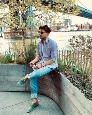 Trend da uomo 2020: Indossa una camicia a maniche lunghe a righe verticali bianca e blu scuro con jeans azzurri per un look raffinato per il tempo libero. Scegli un paio di chukka in pelle scamosciata verdi come calzature per un tocco virile.