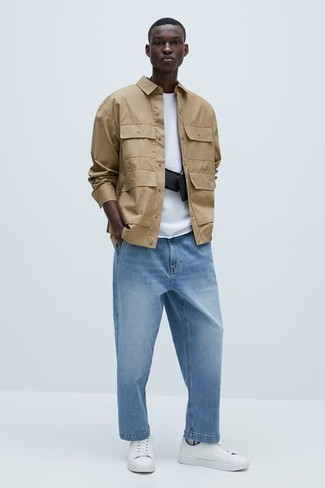 Come indossare e abbinare una camicia a maniche lunghe marrone chiaro: Metti una camicia a maniche lunghe marrone chiaro e jeans azzurri per un look raffinato per il tempo libero. Sneakers basse di tela bianche sono una interessante scelta per completare il look.