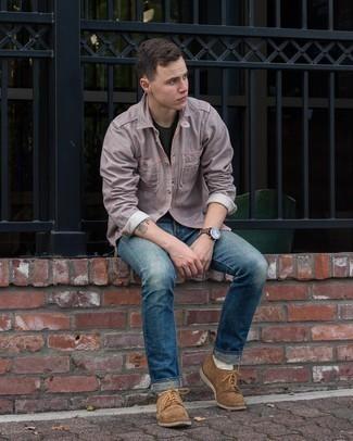 Trend da uomo 2021: Questa combinazione di una camicia a maniche lunghe a righe verticali grigia e jeans blu è perfetta per il tempo libero. Scegli uno stile classico per le calzature e mettiti un paio di scarpe derby in pelle scamosciata marroni.