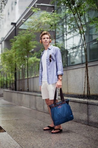 Come indossare e abbinare una borsa shopping di tela blu scuro: Mostra il tuo stile in una camicia a maniche lunghe azzurra con una borsa shopping di tela blu scuro per un look comfy-casual. Scegli un paio di infradito neri per un tocco più rilassato.