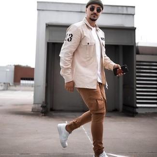 Come indossare e abbinare una camicia a maniche lunghe beige: Abbina una camicia a maniche lunghe beige con pantaloni cargo marroni per vestirti casual. Completa questo look con un paio di sneakers basse di tela bianche.
