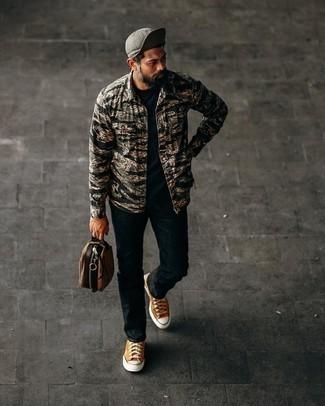 Moda uomo anni 40: Scegli un outfit composto da una camicia a maniche lunghe mimetica nera e jeans neri per un look spensierato e alla moda. Questo outfit si abbina perfettamente a un paio di sneakers basse di tela terracotta.