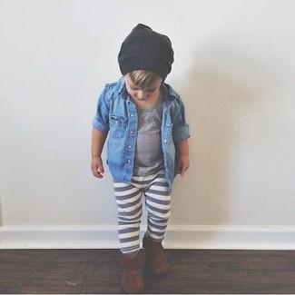 Come indossare: camicia a maniche lunghe di jeans blu, t-shirt grigia, pantaloni sportivi grigi, stivali marroni