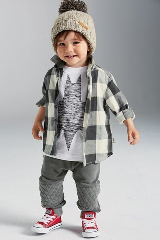 Come indossare: camicia a maniche lunghe a quadri grigia, t-shirt stampata bianca e nera, pantaloni sportivi grigi, sneakers rosse e bianche
