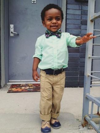 Come indossare: camicia a maniche lunghe verde menta, pantaloni marrone chiaro, scarpe oxford blu scuro, papillon blu scuro